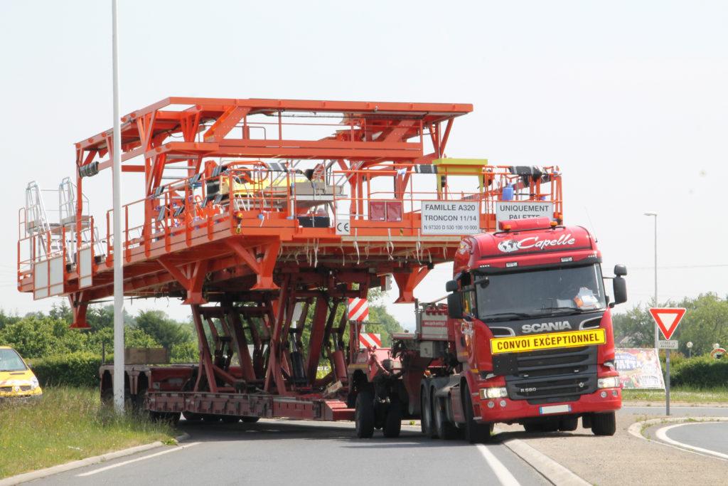 Transport en convoi exceptionnel d'une palette de stockage et de transfert de tronçons d'un Airbus A320