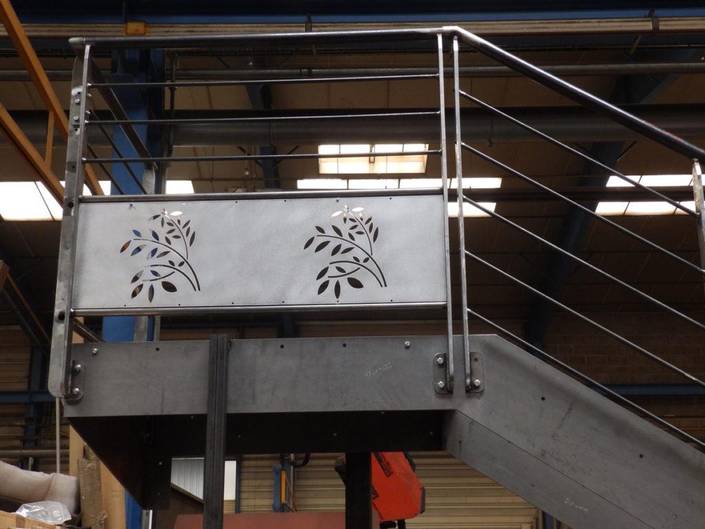 Escalier décoratif en acier avec des motifs faits à la découpe laser