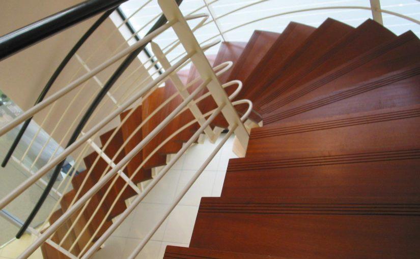 Escalier à Limon centrale courbe marches vernis
